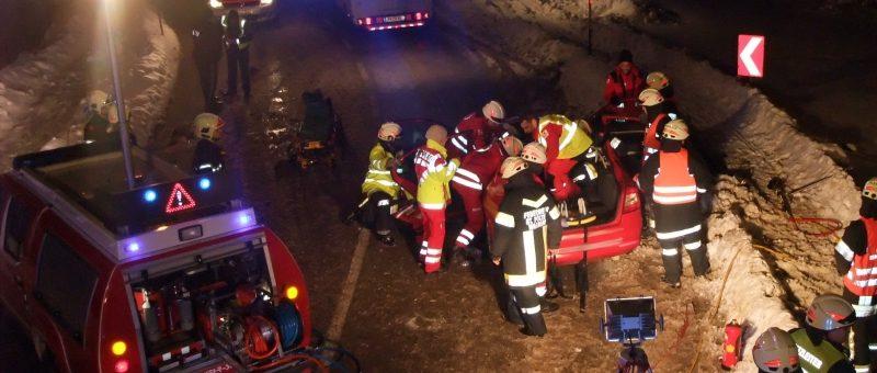 Nächtlicher Verkehrsunfall in der Stattersdorfer Hauptstraße – Feuerwehr entfernte Dach zur Personenbefreiung