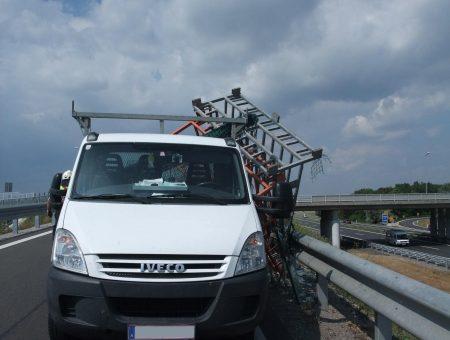 Ladegut auf Klein-LKW umgekippt auf der Auffahrt zur S33