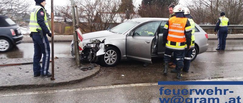Eisregen in St. Pölten: Pkw schlittert gegen Verkehrsinsel