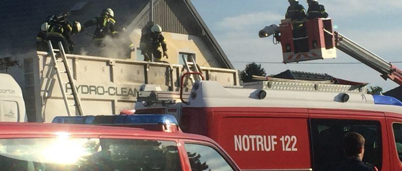 Feuerwehr löscht brennenden Lkw in Ratzersdorf