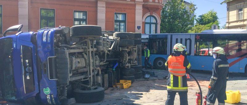 Menschenrettung: Linienbus und LKW kollidiert