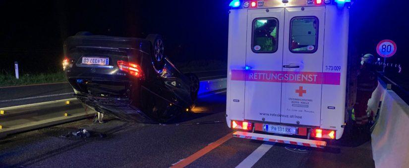 Menschenrettung nach Fahrzeugüberschlag auf Kremser Schnellstraße