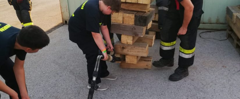 Feuerwehrjugend beübt den Hydraulischen Rettungssatz