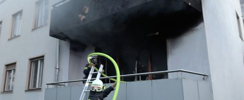 Feuerwehren bekämpfen massiven Wohnungsbrand in St. Pölten